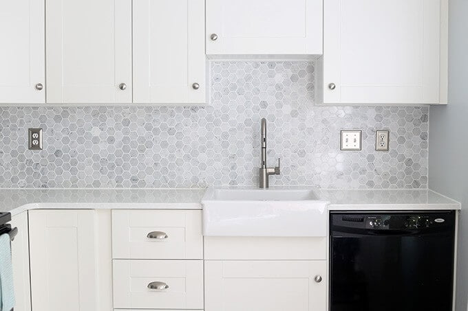 desain backsplash marmer dapur motif hexagonal