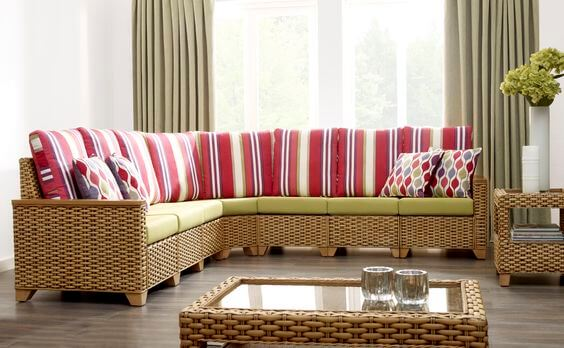 Bantalan Semi Outdoor dengan Set Furniture Rotan